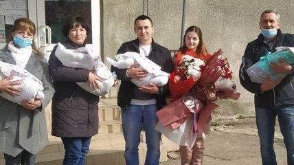 Четверня, родившаяся у молодой семьи в январе, наконец-то отправилась из ужгородского роддома домой