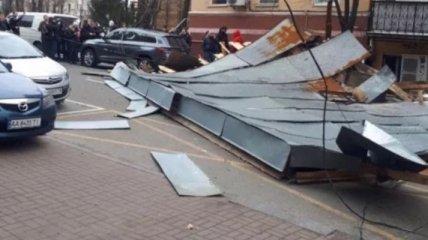 В центре Киева на дорогу упала огромная крыша здания: видео