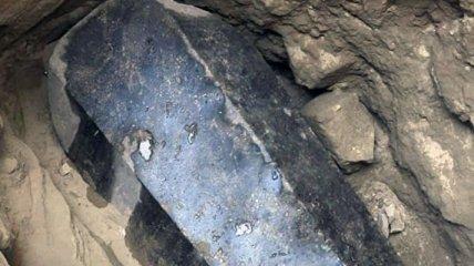 Ученые нашли в Египте черный саркофаг с останками троих человек
