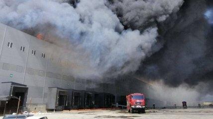 Масштабна пожежа під Одесою: горить триповерховий склад мережі супермаркетів (фото, відео)