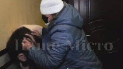 Главный редактор газеты набросилась на журналистку прямо в здании суда в Днепре: видео и детали скандала
