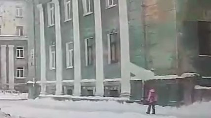 Миллиметры до верной смерти: в РФ огромная глыба льда сорвалась с крыши и чудом не зацепила школьницу (видео)
