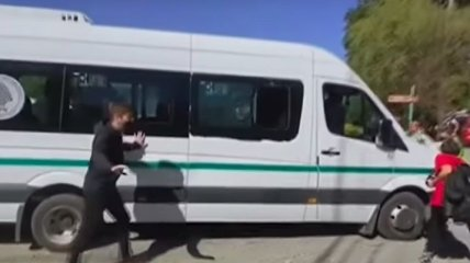 На микроавтобус с аргентинским президентом напали протестующие (видео)