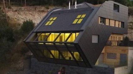 Сучасний величезний будинок на пагорбі (Фото)