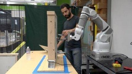 Компания Google обучает роботов обучать других роботов