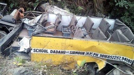 В Индии автобус с детьми упал в ущелье, есть погибшие