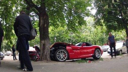 В Киеве элитный Dodge Viper врезался в каштан