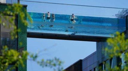 """Плавают в """"небесах"""" за $1,5 млрд: в Лондоне открыли первый в мире скай-пул (фото)"""