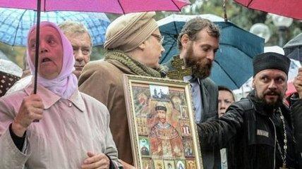 Священники и верующие УПЦ (МП) митингуют поды стенами Рады (Видео)