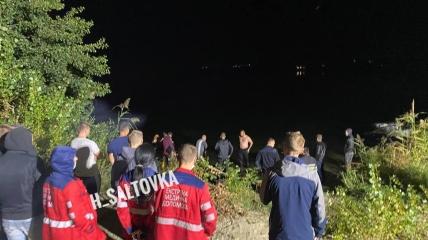 В Безлюдовке автомобиль с людьми упал в озеро