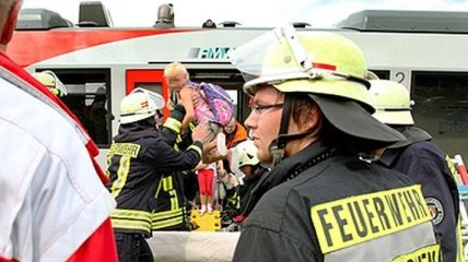 Германия: при столкновении поезда и грузовика пострадало 26 человек