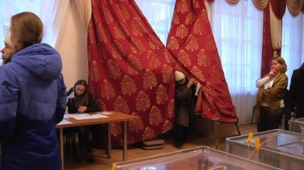 Избиратели в Сумах сами сделали кабинки для голосования