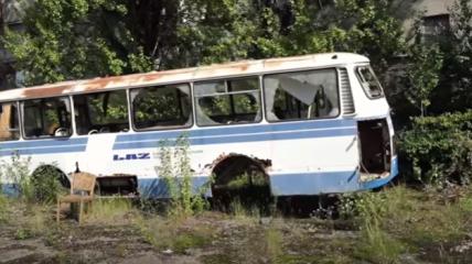 На территории завода остались множество автобусов.