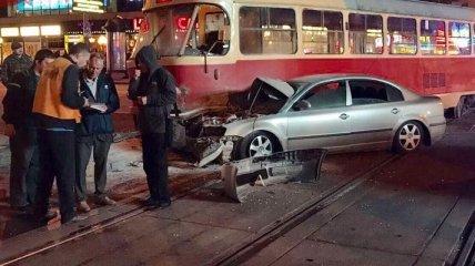 ДТП в Киеве: нардеп на автомобиле врезался в трамвай