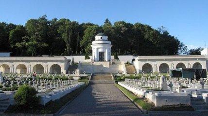 Польша отказалась от изображения львовского Мемориала орлят в новых паспортах