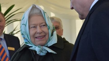 Королева Елизавета II пришла на официальное мероприятие в платке (Фото, Видео)