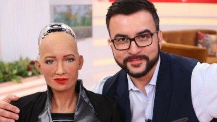 Украинский телеведущий стал первым мужчиной в жизни робота Софии
