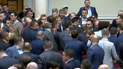 Драка нового созыва: В Верховной Раде произошла первая потасовка (Видео)