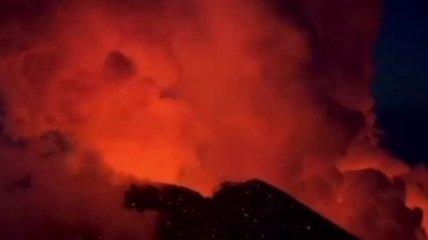 Извержение самого высокого действующего вулкана Евразии сняли на видео