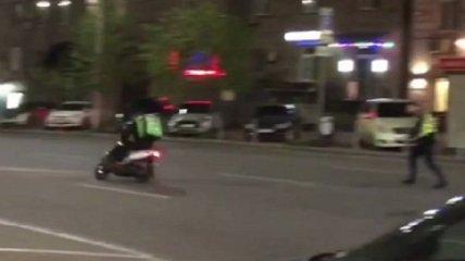 В Киеве полицейские устроили погоню за лихим курьером на мопеде: видео попало в сеть