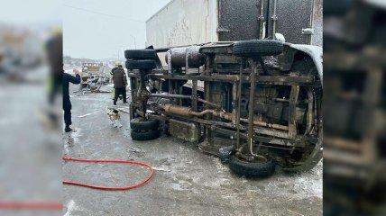 Под Днепром произошло масштабное ДТП с  фурами: один водитель погиб, еще двое пострадали (фото)