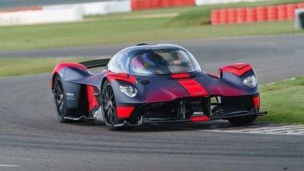 Каково это прокатиться на гоночном гиперкаре Aston Martin Valkyrie? (Видео)