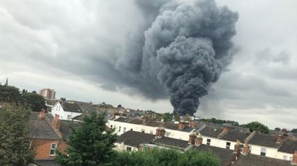Клубы черного дыма видны во всем городе. Источник фото - ichef.bbci.co.uk.