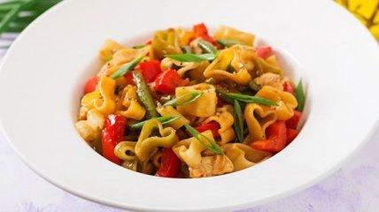 Рецепт дня: постные макароны с печеными перцами и красным луком