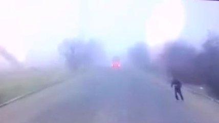 Сеть шокировал инцидент с мужчиной, который бросился под колеса грузовика в Николаеве (видео)