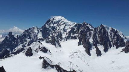 """Монблан страдает от """"безумных альпинистов"""": мэр Шамони пожаловался Макрону"""