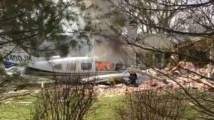 В США двухмоторный самолет упал на жилой дом