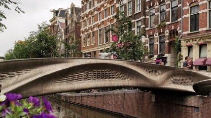 В Амстердаме установили стальной мост, полностью напечатанный на 3D-принтере (фото)