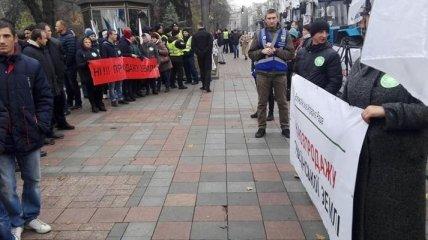 Возле Верховной Рады проходит митинг против продажи земли (Фото, Видео)