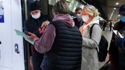 Проверка документов на вокзале в Киеве.