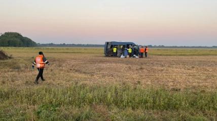 Автобус вылетел в поле.