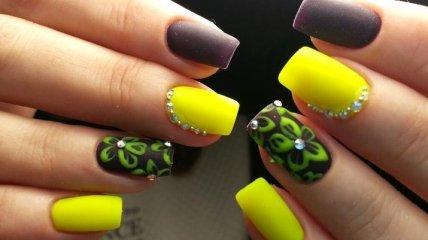 Маникюр 2020: модные тенденции желтого дизайна со стразами (Фото)