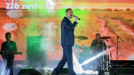 На сцену вышел российский певец Куприк
