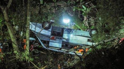 В Индонезии автобус с детьми сорвался в ущелье, десятки погибших (фото)