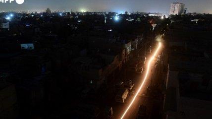 Пакистан целиком погрузился во тьму без электричества. Фото и видео, как это было