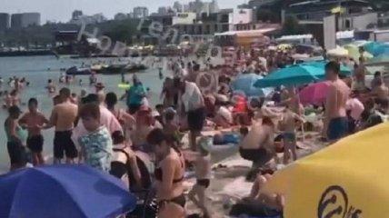Яблоку негде упасть: одесский пляж переполнен отдыхающими (видео)