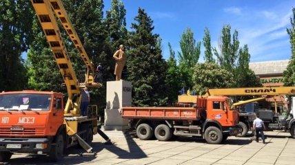 В Курахово демонтировали памятник Ленину