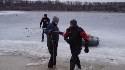 В Запорожье водолазы подняли из воды тело подростка, провалившегося под лед (фото и видео)