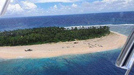 SOS на песке: с необитаемого острова в Тихом океане спасли трех человек