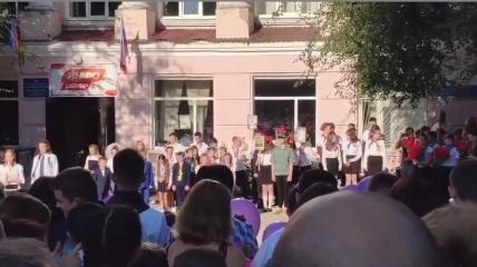 В оккупированном Донецке в школах подняли флаги РФ