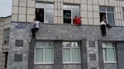 В университете в момент атаки находилось 3000 человек, которые прятались и выпрыгивали из окон