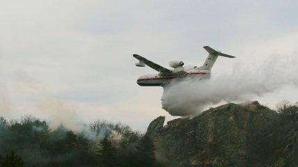В Крыму в труднодоступной горной местности горит лес