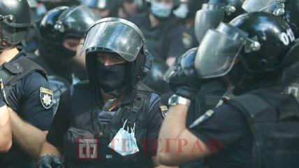 Біля ОП бійки: активісти намагалися прорватися через кордон поліції до учасників ЛГБТ-прайду (відео)