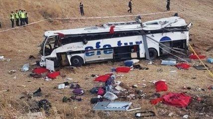В Турции перевернулся пассажирский автобус: 14 погибших, 18 пострадавших (фото, видео)