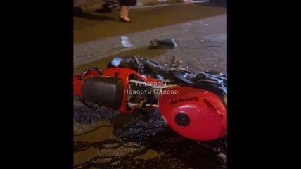 Мотоциклист сбил компанию людей на переходе в центре Одессы, есть пострадавший (фото, видео)