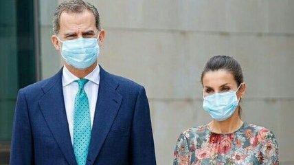 Обязательно в маске: королева Летиция поразила нежным образом во время очередного выхода